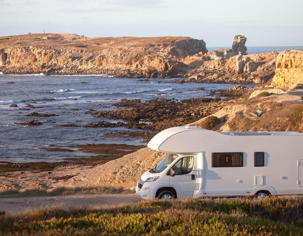 Autocaravana aparcada frente a la costa
