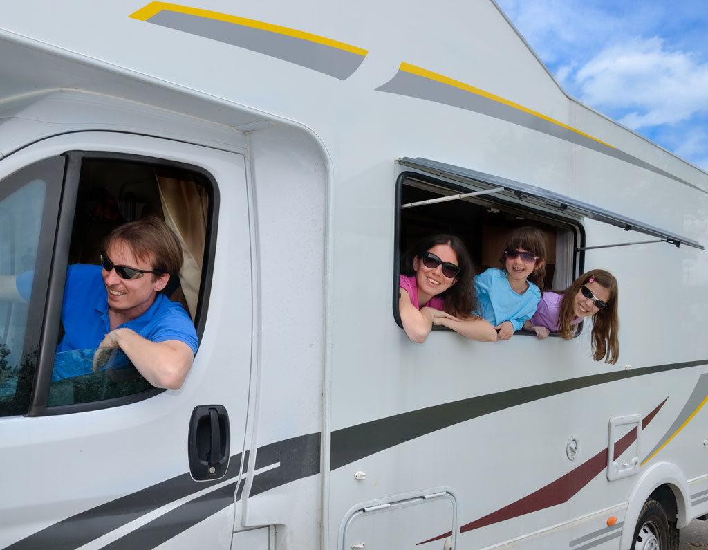 Familia viajando en autocaravana