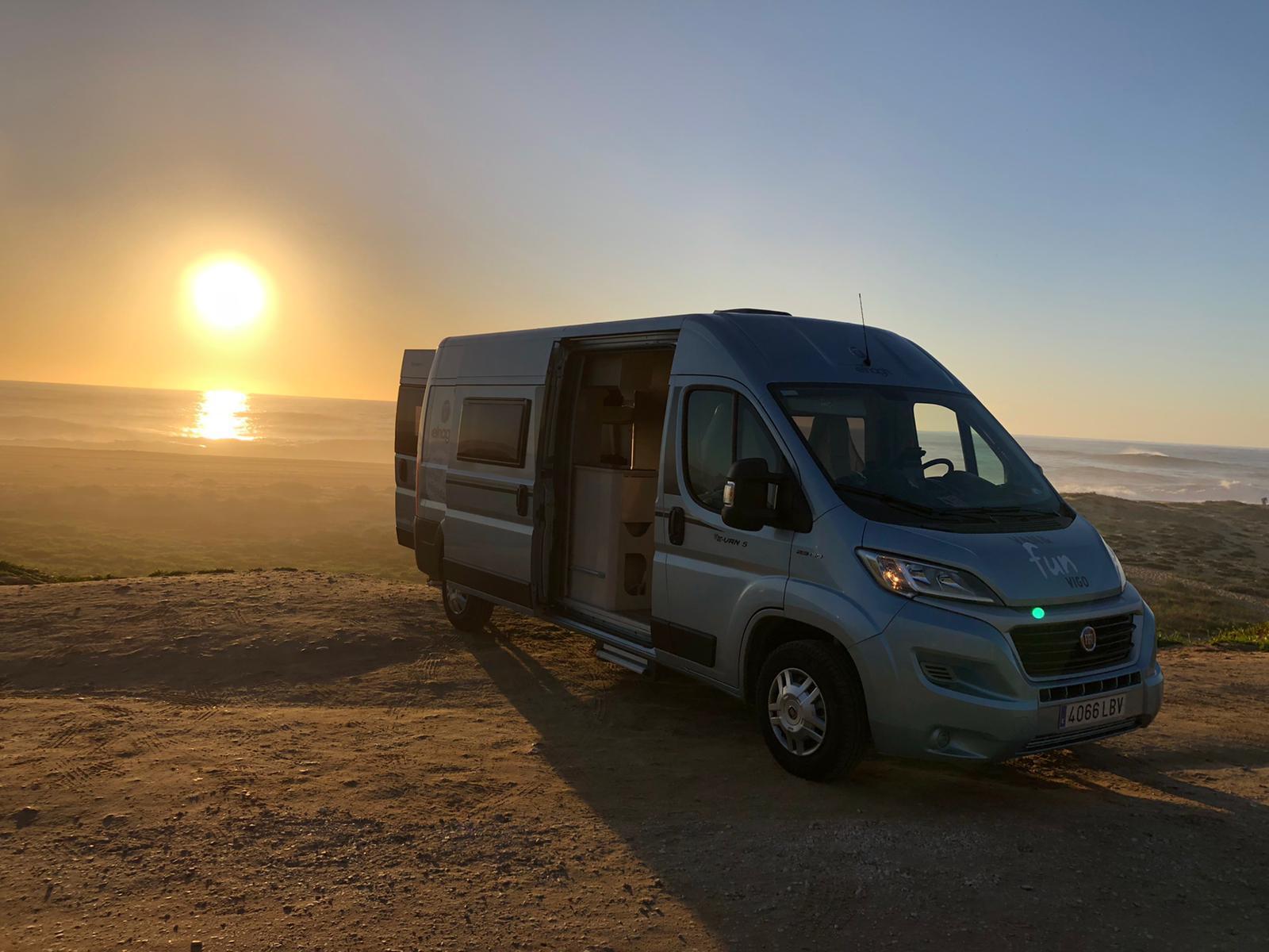 autocaravana y puesta de sol
