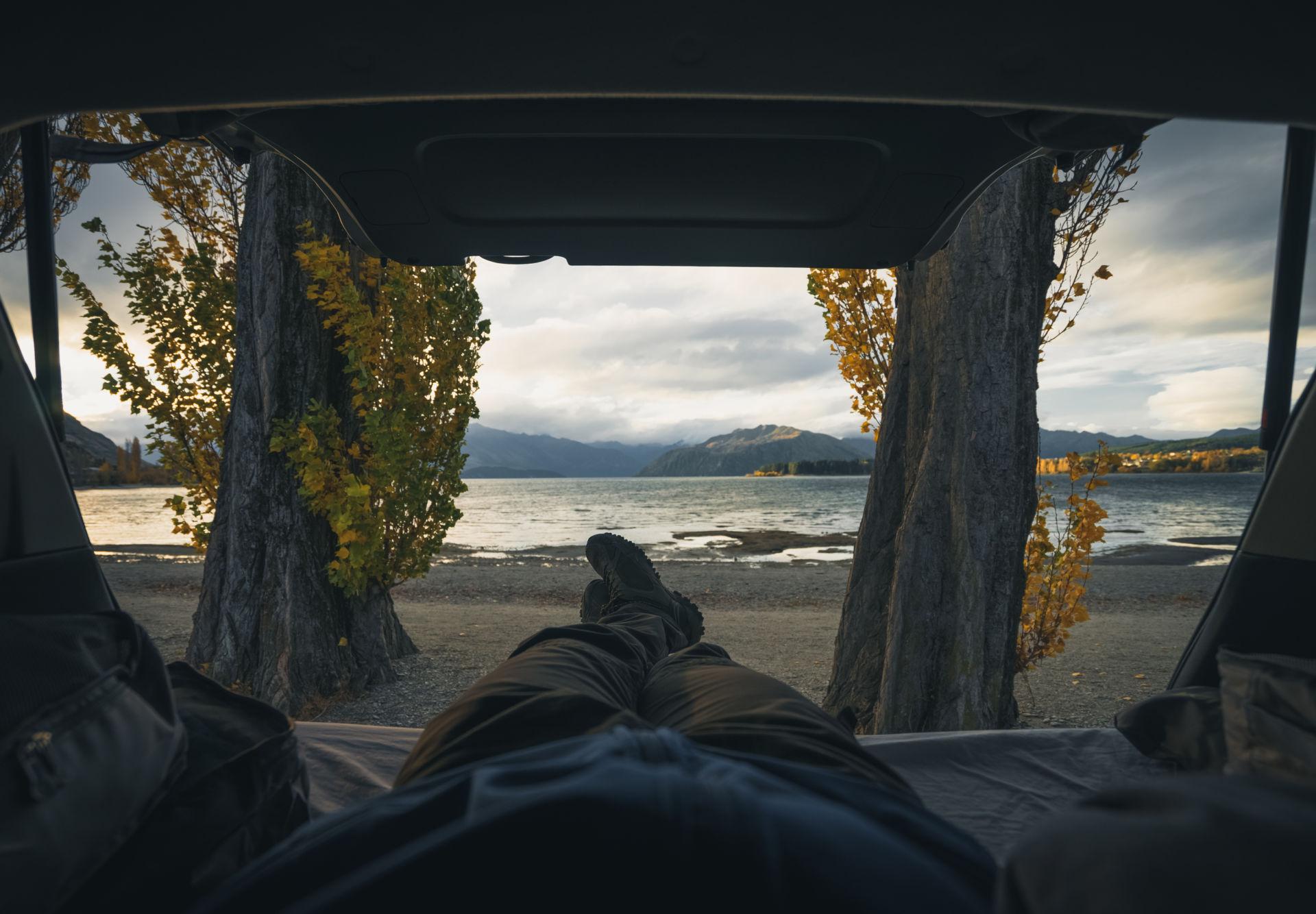 persona con vistas desde autocaravana en otoño